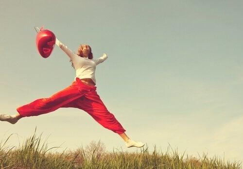 Kobieta skacząca z radości - pozytywne stwierdzenia