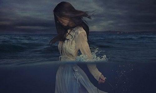 kobieta spacerująca w morzu