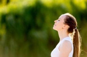 Ćwiczenia oddechowe - kobieta na łonie natury.