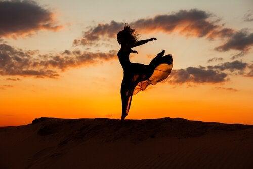 Kobieta tańcząca na wzgórzu