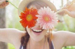 kobieta z kwiatami na twarzy - pokochaj samego siebie