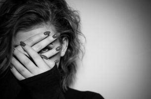 kobieta z zakrytą twarzą - niewyrażanie własnych uczuć