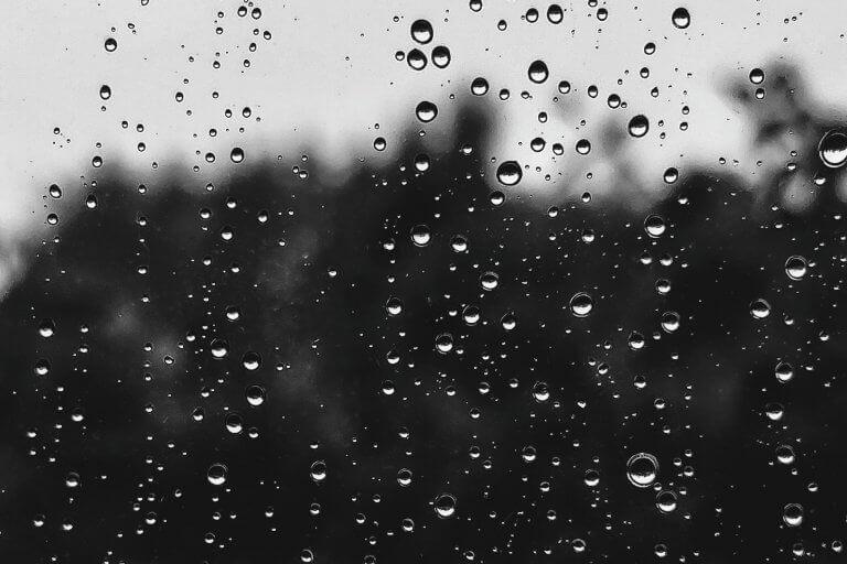 Krople deszczu na szybie.