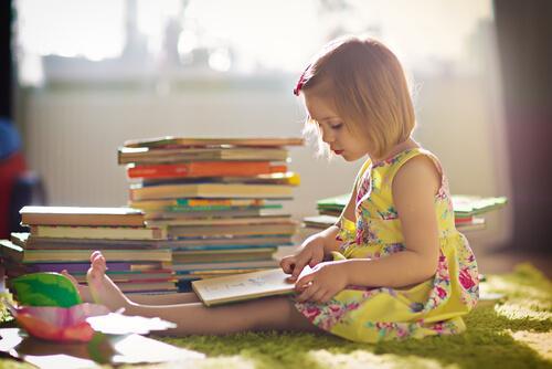 Książki wzmacniające wiarę w siebie u dzieci - dziewczynka czyta