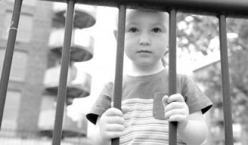 Mały chłopiec za kratą