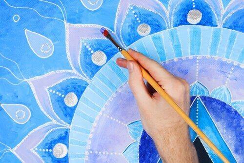 Mandale - malowanie farbami na niebiesko