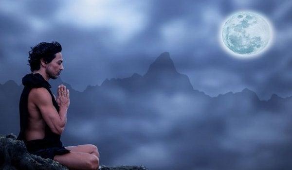 Mężczyzna modlący się do ksieżyca.
