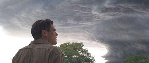 Mężczyzna patrzy w chmury