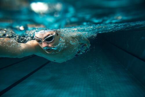 mężczyzna pod wodą