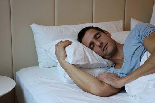 Śpiacy mężczyzna.