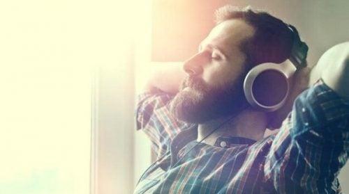 Mężczyzna słuchający relaksującej muzyki