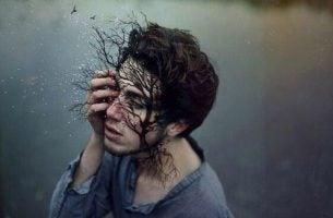 Niecierpliwość - Mężczyzna z drzewem na twarzy