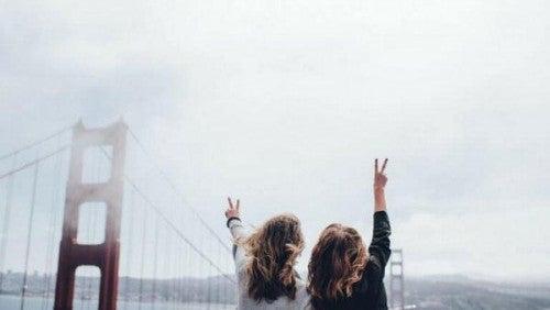 Most Golden Gate i dziewczyny