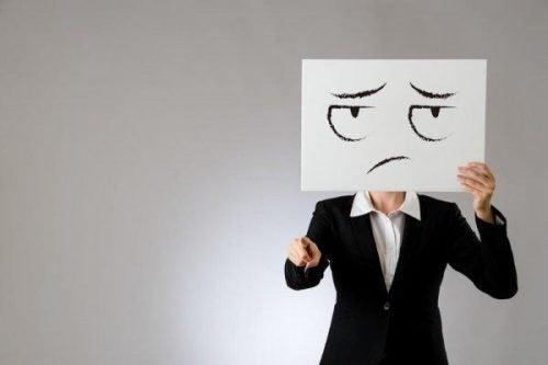 Niezadowolony człowiek krytykuje wskazując palcem