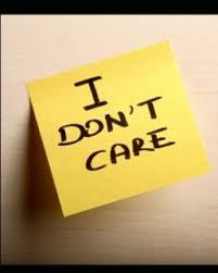 """Karteczka z napisem """"Nie dbam o nic""""."""