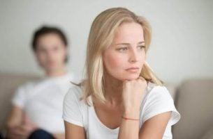 obrażona kobieta - zdrada emocjonalna