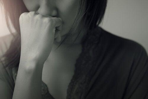 Obwiniająca się kobieta