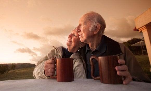 para staruszków oglądających zachód słońca