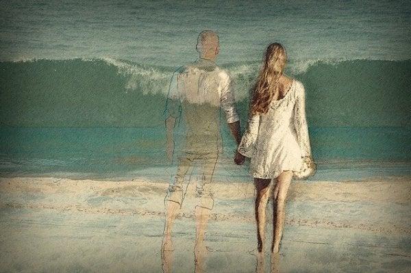 Para trzymająca się za ręce.