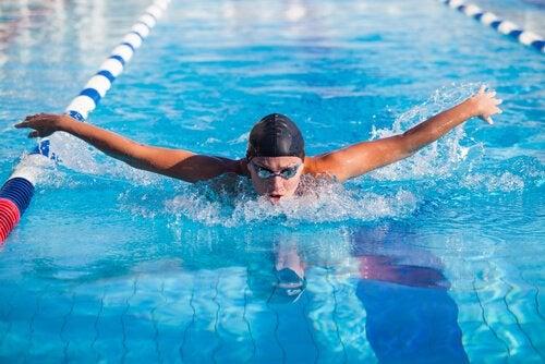 Pływanie i liczne korzyści z niego wynikające