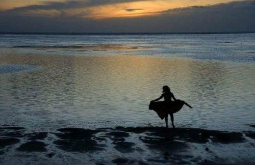 Samotna kobieta nad morzem