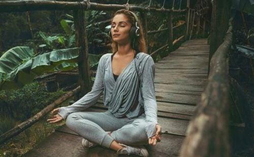 Słuchanie relaksacyjnej muzyki - 10 korzyści
