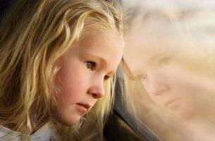 Smutna dziewczynka - depresja matki
