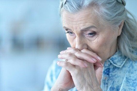 Smutna starsza kobieta.