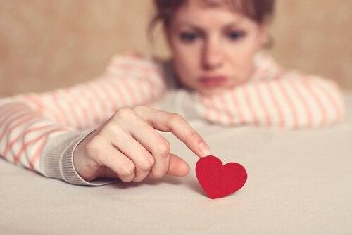 smutna kobieta dotykająca serca
