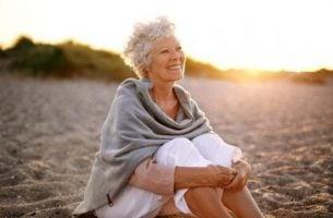 starsza kobieta na plaży - zestarzeć się zdrowo