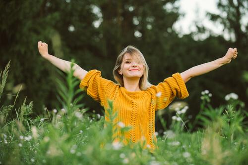 Szczęśliwa kobieta w trawie