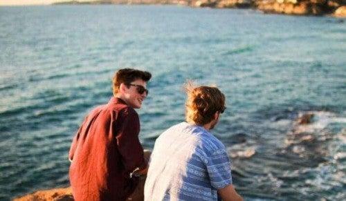 Towarzysz podróży - dwaj chłopaków nad morzem