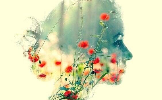 twarz kobiety na tle kwiatów