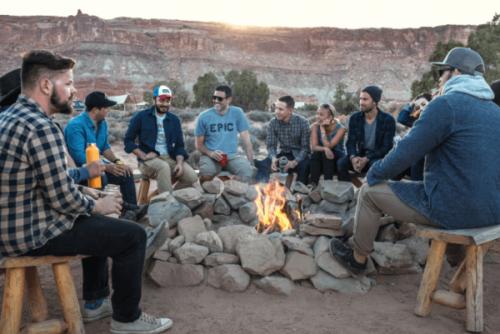 Umiejętności społeczne - młodzi ludzie rozmawiają przy ognisku