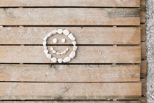Uśmiech ułożony z kamieni