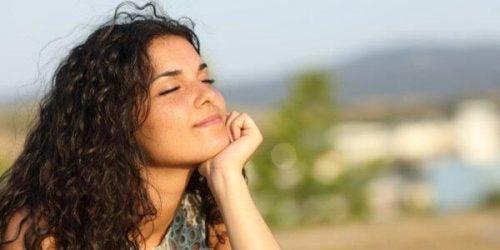 Uśmiechnięta kobieta z zamkniętymi oczami