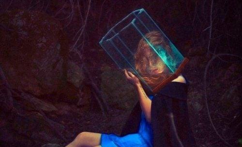 Wyrażać emocje - kobieta z pryzmatem na głowie