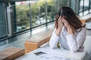 Asertywność - kobieta siedzi przy stole