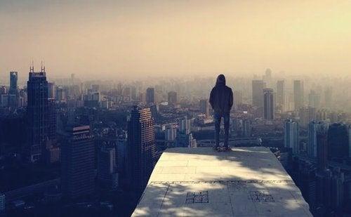 Chłopak stoi nad miastem
