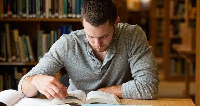 chłopak uczący się