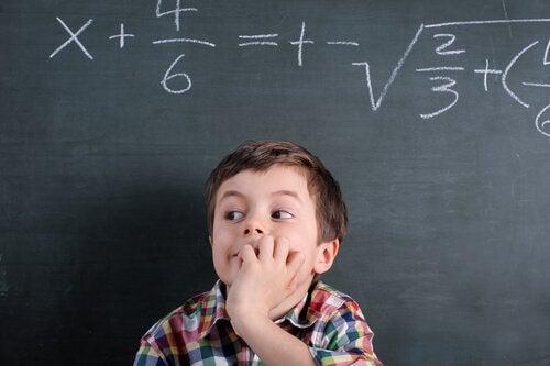 Chłopiec i problemy z matematyką.