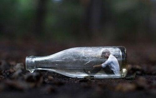 Człowiek w butelce - lęk przed konfliktem