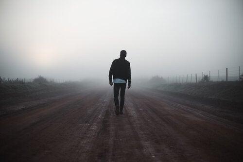 Człowiek idzie samotnie