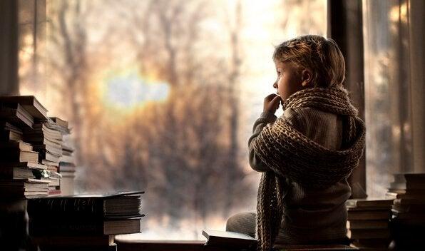 Dziecko wpatrzone w okno