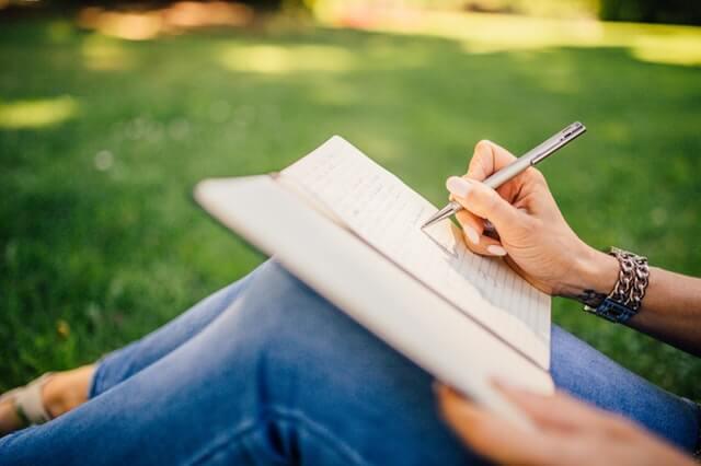 Kobieta pisze dziennik