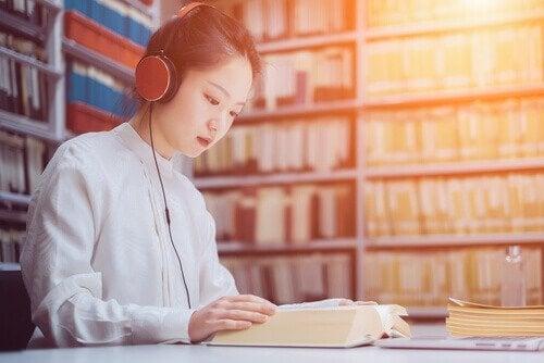 Dziewczyna słuchająca muzyki podczas nauki.