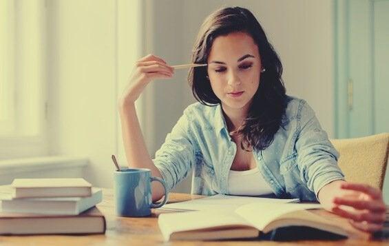 Dziewczyna, która się uczy.