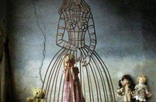 Dziewczynka w klatce w kształcie matki - samopoświęcanie