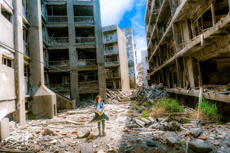 Zniszczone budynki i uczennica
