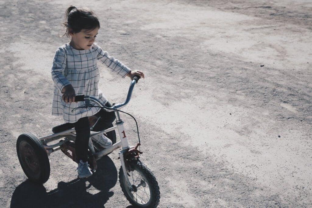 Dziewczynka na rowerze.